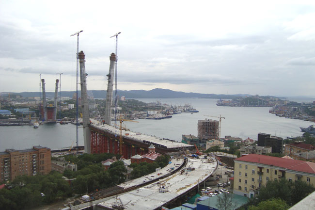 Вид на мост через бухту золотой рог